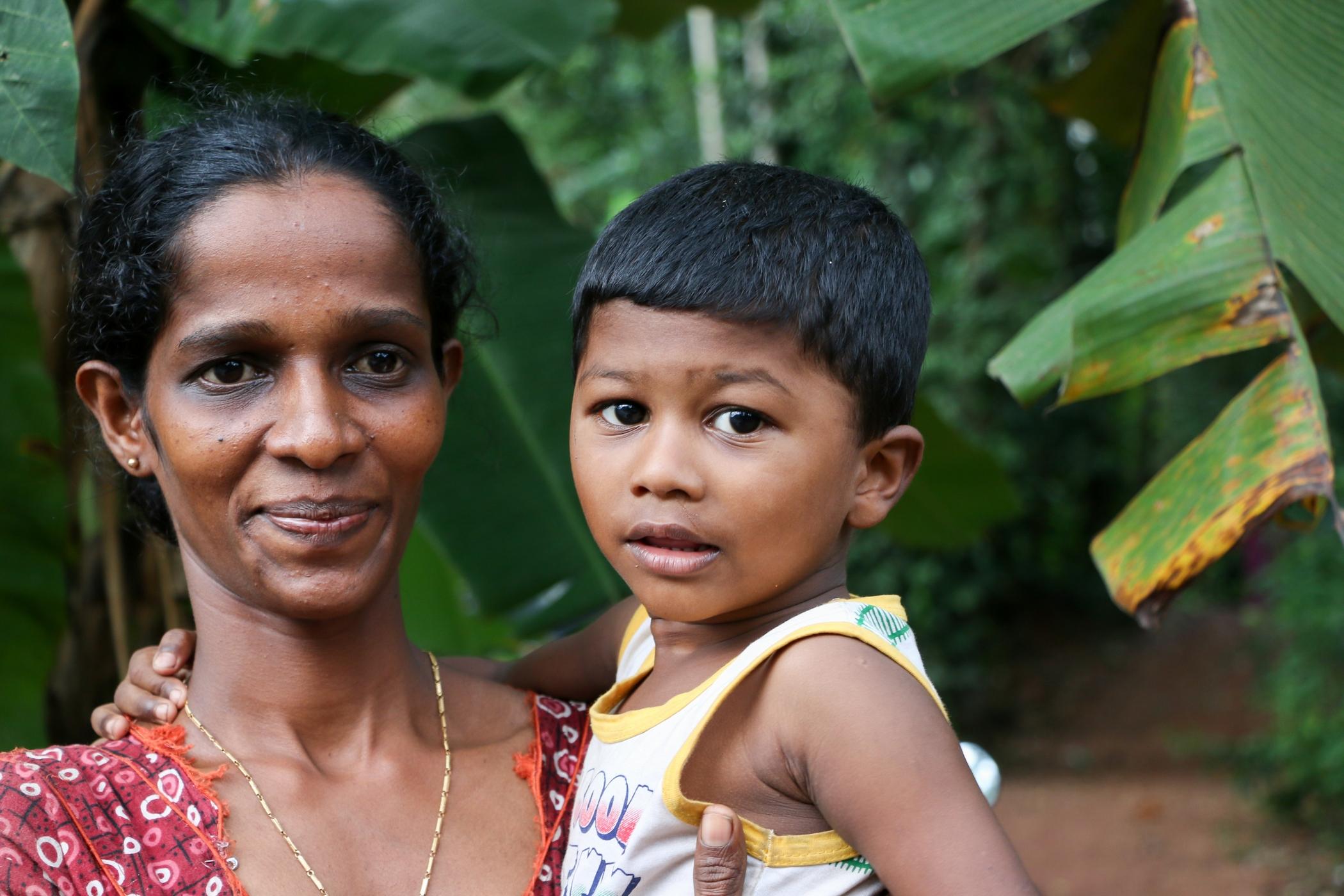 Adozioni a distanza - Un bambino indiano con la mamma